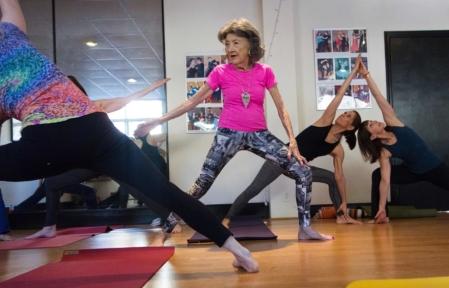 Tao (98) underviser yoga fem dager i uken